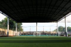 Det lilla fotbollfältet, Futsal bollfält i idrottshallen inomhus, det utomhus- fotbollsportfältet parkerar med konstgjord torva Royaltyfri Fotografi