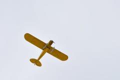 Det lilla gula flygplanet med skidar Royaltyfri Foto