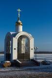 Det lilla kapellet på banken av Volga River Royaltyfria Bilder