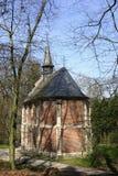 Det lilla katolska kapellet i en parkera, Flandersen, Belgien Arkivbild