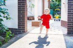 Det lilla lilla barnet behandla som ett barn pojken som utomhus gör hans första steg Arkivbilder