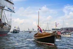 Det lilla rekreationfartyget seglar under den stora nautiska händelsen SEGLAR 2015 Royaltyfria Foton