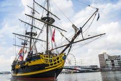 Det lilla rekreationfartyget seglar under den stora nautiska händelsen SEGLAR 2015 Arkivfoto