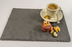 Det lilla svarta kaffet med muttermuffin, valnötter, mandlar och ca Royaltyfri Bild