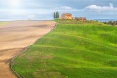 Det lilla Tuscan huset på kullen i sommar färgar Royaltyfri Bild