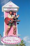 Det lilla vita bröllopkapellet undertecknar in Las Vegas, Nevada Arkivfoton