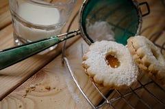 Det Linz kexet med appricotmarmelad och mjölkar på den wood tabellen Arkivfoton