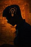 Det ljusa idébegreppet med den ljusa kulan och mannen Arkivfoto