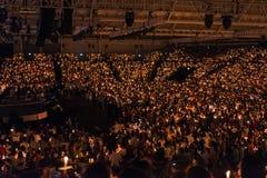 Det ljusa kyrkliga stearinljuset servar Arkivbilder