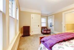 Det ljusa mysiga lilla sovrummet med behandla som ett barn lathunden. arkivbilder