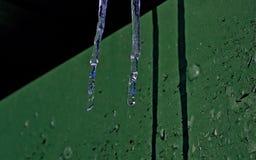 Det ljusa tecknet av våren är istappar och en blidväder från tak Royaltyfri Fotografi