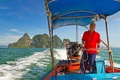 Det långa svanfartyget snubblar i den Phang Nga fjärden Royaltyfria Bilder