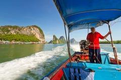 Det långa svanfartyget snubblar i den Phang Nga fjärden, Thailand Royaltyfri Bild