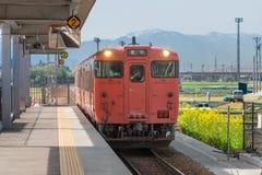 Det lokala drevet på den Takaoka stationen TOYAMA JAPAN royaltyfri bild