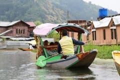 Det lokala folket använder 'Shikara', ett litet fartyg för trans. i t Royaltyfri Bild