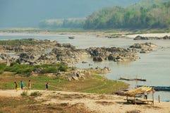 Det lokala folket går vid banken av Mekong River i torr säsong i Luang Prabang, Laos Fotografering för Bildbyråer