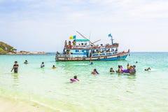 Det lokala folket på en Boattrip tycker om det klara vattnet och stranden i Ko Royaltyfria Bilder