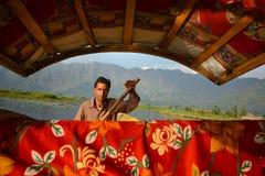 Det lokala folket ror Shikaraen i Dal sjön Arkivbild