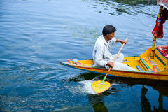 Det lokala folket ror Shikaraen i Dal sjön Royaltyfria Foton