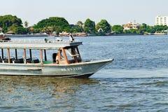 Det lokala transportfartyget och floden åker taxi på Chao Phraya River i Bangkok, Thailand Royaltyfri Bild