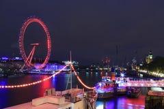 Det London ögat är den mest högväxta pariserhjulen i Europa, Big Ben och den Westminster abbotskloster i London, Förenade kungari Arkivbild