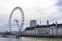 Det London ögat är en jätte- pariserhjul på den södra banken av flodThemsen i London Strukturen är 443 fot 135 M högväxt Royaltyfri Bild