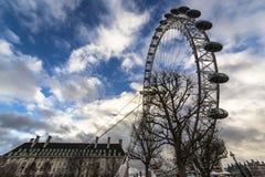 Det London ögat är en jätte- pariserhjul på den södra banken av flodThemsen i London Strukturen är 443 fot 135 M högväxt Royaltyfria Foton