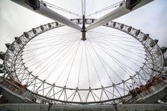 Det London ögat är en jätte- pariserhjul på den södra banken av flodThemsen i London Strukturen är 443 fot 135 M högväxt Arkivfoton