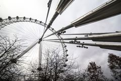 Det London ögat är en jätte- pariserhjul på den södra banken av flodThemsen i London Strukturen är 443 fot 135 M högväxt Arkivbild