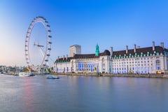 Det London ögat nära flodThemsen i London Arkivbilder