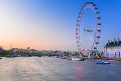 Det London ögat nära flodThemsen i London Royaltyfria Bilder