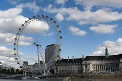 Det London ögat och den Thames floden Arkivbilder
