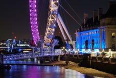 Det London ögat och ståndsmässiga Hall, Queen'sen går, London, nattsikt Arkivfoto