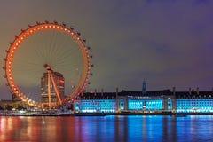 Det London ögat på den södra banken av flodThemsen på natten i London, Storbritannien Royaltyfri Bild