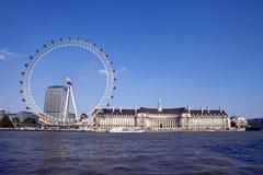 Det London ögat, den ståndsmässiga Hallen och flodThemsen Fotografering för Bildbyråer