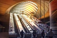 Det London röret, Canary Wharf posterar, den mest upptagna stationen i London som kommer med omkring 100 000 kontorsarbetare varj Royaltyfri Fotografi