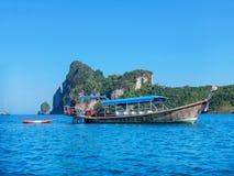Det Longtail fartyget ankrade nära Phi Phi Don Island, det Krabi landskapet, Royaltyfria Foton