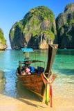 Det Longtail fartyget ankrade på Maya Bay på Phi Phi Leh Island, Krabi Royaltyfri Foto