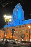 Det Los Angeles stadshuset badade i blått ljus för medvetenhet för prostatacancer Royaltyfri Fotografi