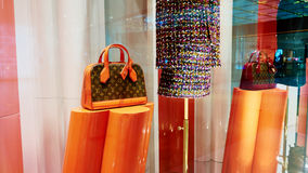Det Louis Vuitton påselagret shoppar fönstret royaltyfri fotografi