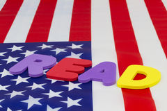 Det LÄSTA ordet på amerikanska flaggan markerar läs-och skrivkunnighet Arkivbild