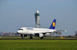 Det Lufthansa flygplanet tar av royaltyfri bild