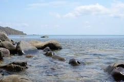 Det lugna Blacket Sea med de stora stenarna på middagen Royaltyfri Fotografi