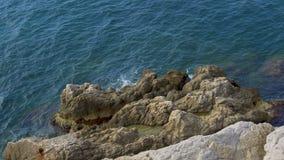 Det lugna havet vinkar den tvättande steniga klippan, härlig natur, kopplar av och rekreation arkivfilmer