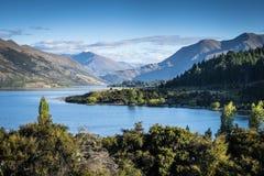 Det lugna vattnet av sjön Wanaka i Nya Zeeland fotografering för bildbyråer