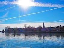 Det lutande tornet av campanilen av den San Martino kyrkan på ön av Burano, Venedig Royaltyfri Foto