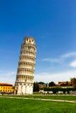 Det lutande tornet av Pisa är campanilen eller den fristående klockan arkivbilder
