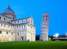 Det lutande tornet av Pisa och domkyrkan på skymning Arkivfoton