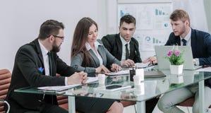 Det lyckade affärslaget förbereder en presentation av ett nytt finansiellt projekt arkivfoton