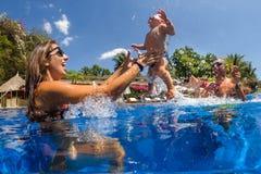Det lyckliga aktiva familjdugget behandla som ett barn upp arkivfoton